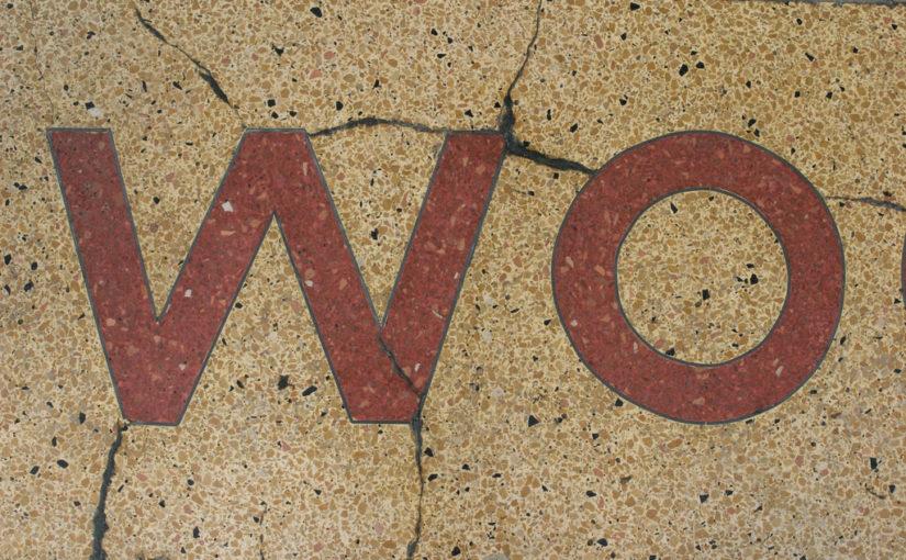 """Das Wort """"Wo"""" als Schrift in einer Steinfliese."""