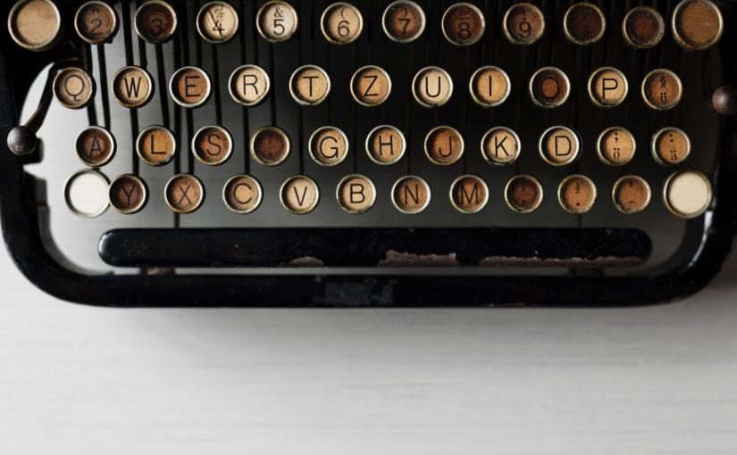 Komma vor als hier als Fotomontage auf einer Schreibmaschine Werbung Lektorat Berlin Christian Wöllecke Werbelektorat